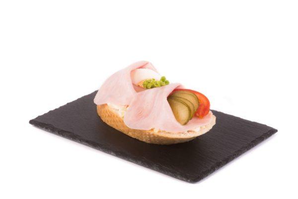 Chlebícek se sunkou a bramborovym salatem